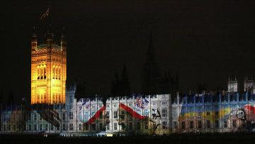 Демонстрация слайдов на стенах Вестминстерского Аббатства в центре Лондона