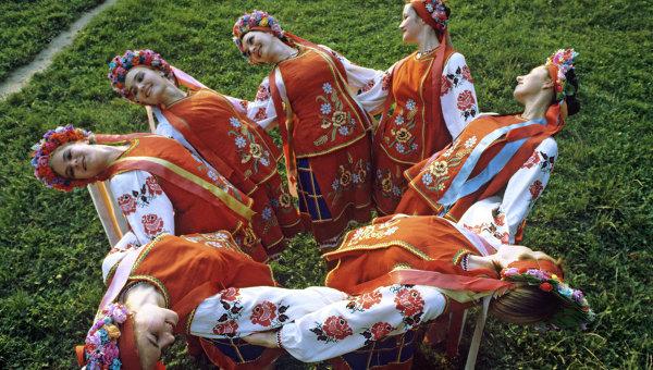 Артисты танцуют в национальных украинских костюмах. Архивное фото