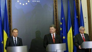 Председатель Европейского совета Дональд Туск, президент Европейской комиссии Жан-Клод Юнкер и президент Украинской Петр Порошенко на пресс-конференции после встречи в Киеве