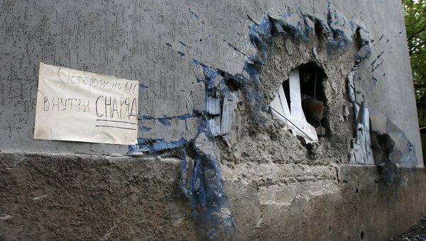 Поврежденная часть стены дома. Архивное фото