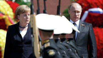 Президент Российской Федерации Владимир Путин и канцлер Федеративной Республики Германия Ангела Меркель на церемонии совместного возложения цветов к Могиле Неизвестного солдата в Александровском саду