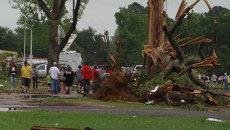 Поваленные деревья и поврежденные дома – последствия мощных торнадо в США