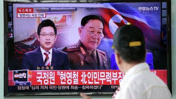 Министр Народных Вооруженных Сил Хён Ён Чхоль на телеэкране железнодорожной станции в Сеуле, Южная Корея. 13 мая 2015