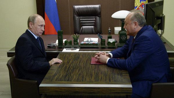 Президент России Владимир Путин и губернатор Камчатского края Владимир Илюхин во время встречи в резиденции Бочаров ручей в Сочи
