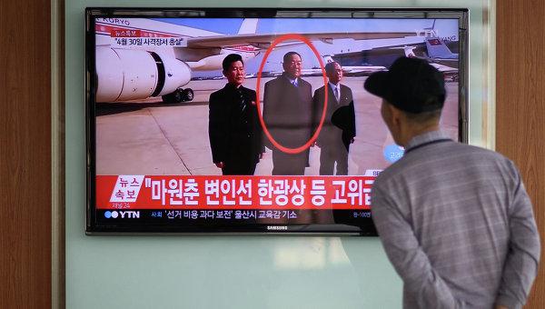 Министр Народных Вооруженных Сил Хён Ён Чхоль на телеэкране железнодорожной станции в Сеуле, Южная Корея