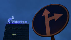 Логотип компании Газпром на административном здании в Москве. Архивное фото