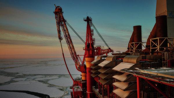 Вид на устройство загрузки нефти в танкер на морской нефтеперерабатывающей платформы Приразломная, архивное фото