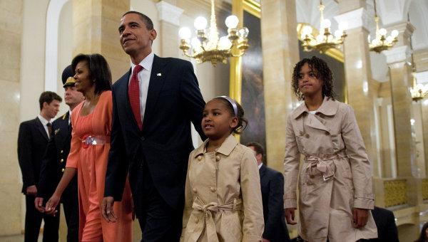 Президент США Барак Обама с супругой Мишель и дочерьми Сашей и Малией. Архивное фото