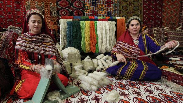 Стенд по производству ковров на выставке экономических достижений Туркменистана. Архивное фото