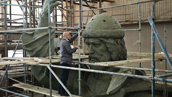 Cкульптор, народный художник Cалават Щербаков работает над моделью памятника Великому князю Владимиру. Архивное фото