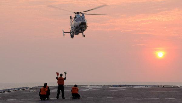 Вертолет садится на палубу китайского военного корабля Циньчэньшань во время учений в Южно-Китайском море, неподалеку от островов Спартли. Архивное фото