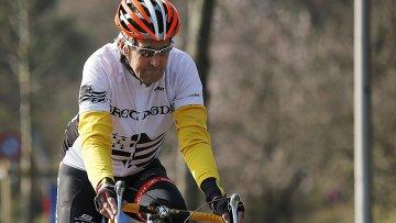 Госсекретарь США Джон Керри едет на велосипеде по берегу Женевского озера, 18 марта 2015 года