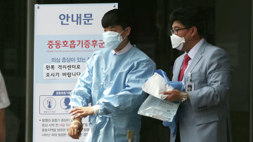 Сотрудники больницы в Сеуле, в которой размещены зараженные вирусом MERS люди. Архивное фото
