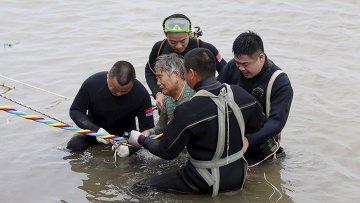 Пассажирка, которую спасатели вытащили с судна Звезда Востока, затонувшего в Китае