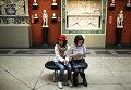 """Посетители знакомятся с экспозицией во время проведения международной акции """"Ночь в музее"""""""