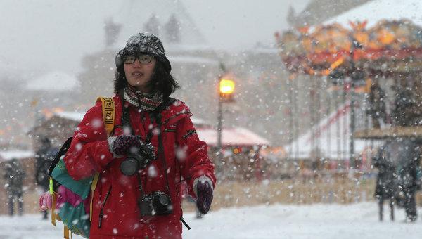 Прохожая на Красной площади во время снегопада в Москве. Архивное фото
