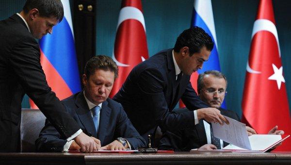 Глава Газпрома Алексей Миллер и глава Botas Petroleum Pipeline Corporation Мехмет Конук подписывают меморандум. Архивное фото
