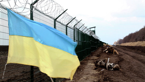 Украинский флаг на границе. Архивное фото