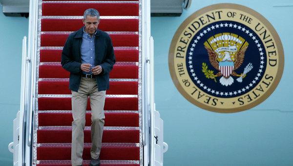 Барак Обама на трапе президентского лайнера, архивное фото
