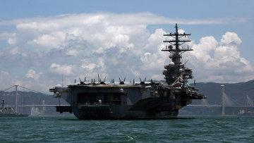 Авианосец Рональд Рейган в порту Гонконга