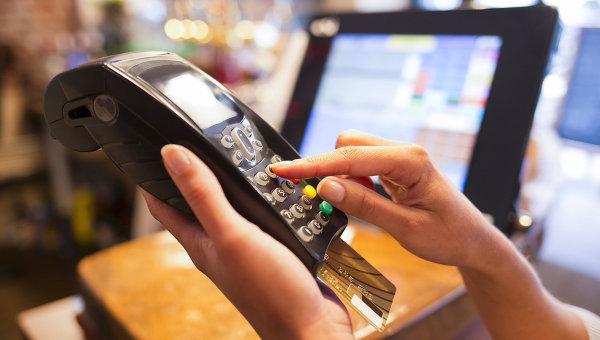 Оплата покупки банковской картой. Архивное фото