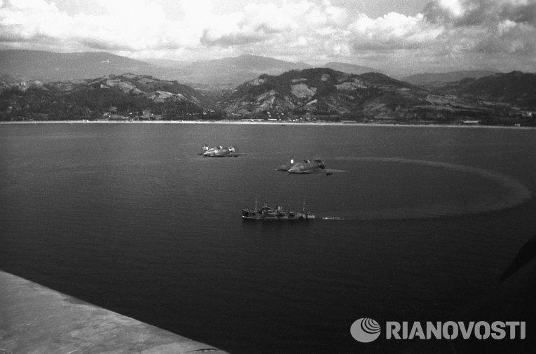 Истребители И-16 прикрывают судно Курск