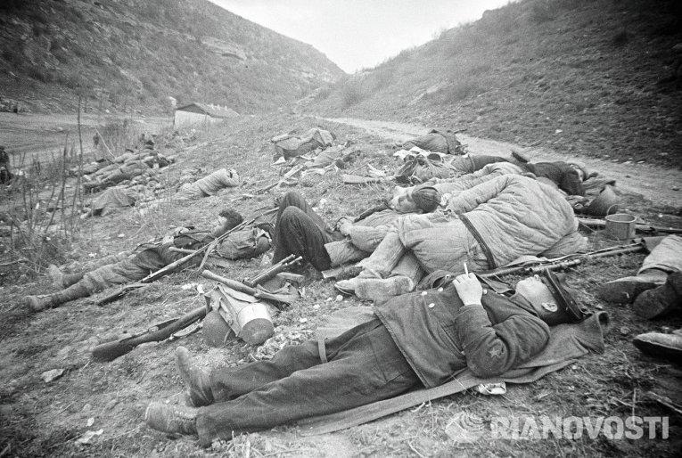 Бойцы морской пехоты на привале после боя