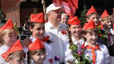 Лидер КПРФ Геннадий Зюганов с пионерами. Архивное фото
