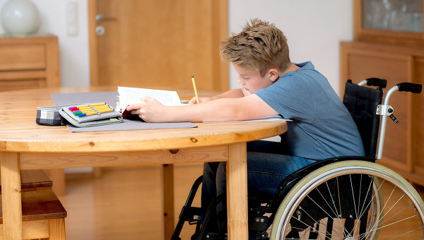 Школьник с ограниченными возможностями. Архивное фото