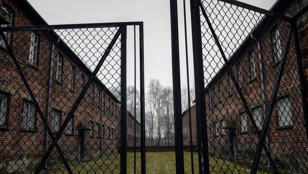 Ворота на территории бывшего концентрационного лагеря Аушвиц-Биркенау в Освенциме. Архивное фото