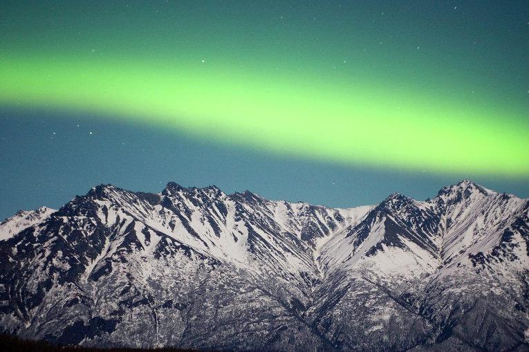 Северное сияние в горах на Аляске