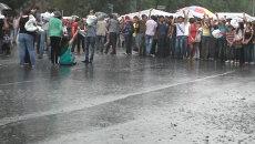 Митингующие против повышения тарифов ереванцы пели и танцевали под дождем