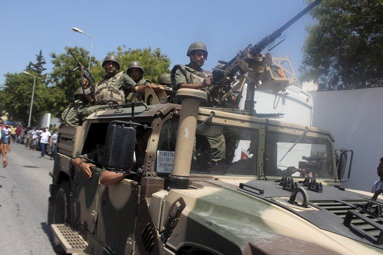 Солдаты армии Туниса прибыли на место стрельбы в городе Сус