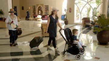 Туристы покидают отель в Тунисе, где совершен теракт на пляже. Архивное фото
