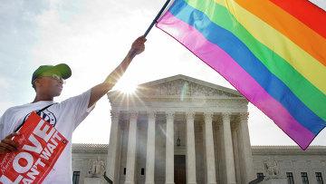 Активист держит флаг ЛГБТ у здания Верховного суда США в Вашингтоне. Архив