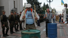 Активисты финансового Майдана барабанили по бочкам у здания Рады в Киеве