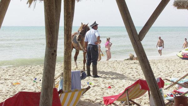 Конная полиция на пляже в Хаммамете (Тунис). Архивное фото