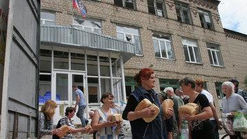 Раздача хлеба из муки, привезенной в качестве гуманитарной помощи в ДНР. Архивное фото