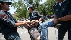 Полиция задерживает участника акции протеста против повышения тарифов на электроэнергию в Ереване