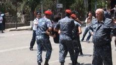 Полицейские на руках уносили задержанных участников протеста в Ереване