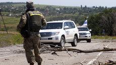 Машины миссии ОБСЕ возле села Широкино в Донецкой области. Архивное фото