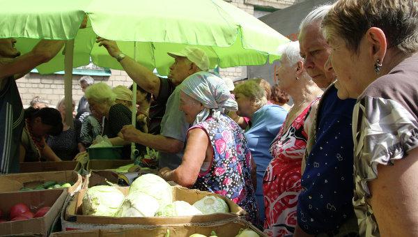 Жители Донецка покупают продукты, архивное фото