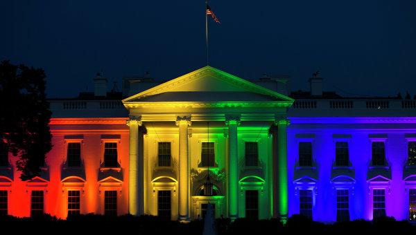 Белый дом в Вашингтоне, подсвеченный цветами флага ЛГБТ, США. Архивное фото