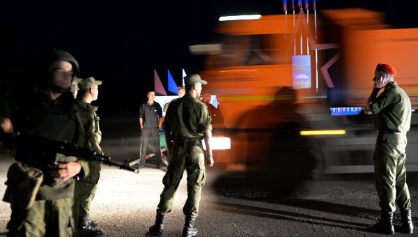 Военнослужащие стоят в оцеплении неподалеку от учебного центра Воздушно-десантных войск в поселке Светлый Омской области, где произошло обрушения крыши