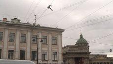 Экстремал без страховки перебрался по проводам над проспектом в Петербурге