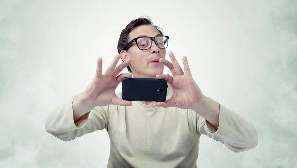 Картинки по запросу мужчина со смартфоном