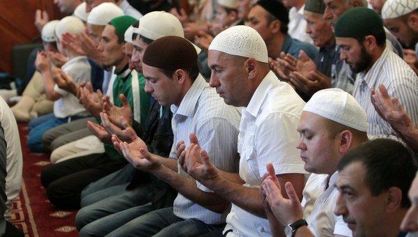 Мусульмане совершают праздничный намаз во время праздника Ураза-байрам