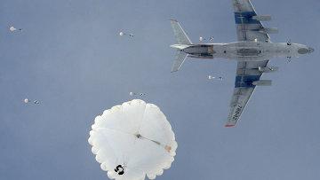 Десантирование из военно-транспортного самолета ИЛ-76. Архивное фото