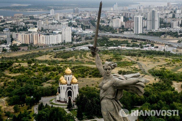 Монумент Родина-мать зовёт! на Мамаевом кургане в Волгограде. Слева - Всехсвятская церковь