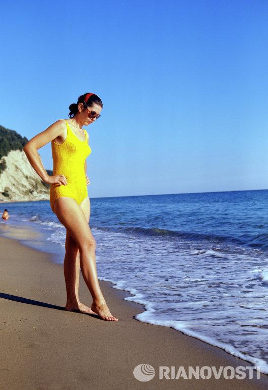 Украинская ССР. Девушка в желтом купальнике стоит у кромки моря